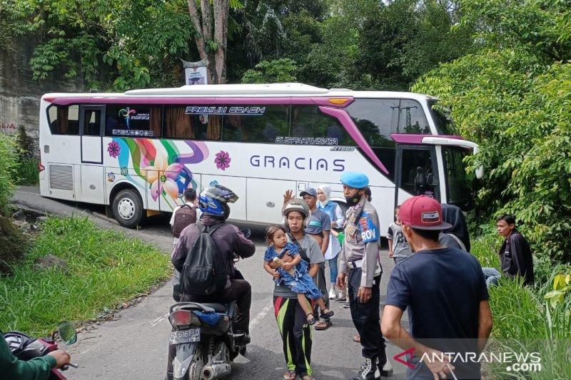 Bus wisata dari Bandung tersangkut di Kelok 44 Agam