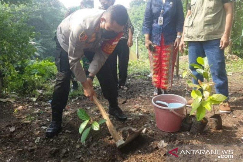 Polsek Pancoran tanam pohon di bantaran Kali Ciliwung