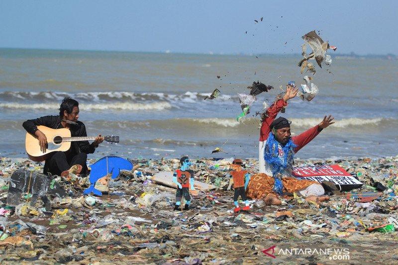 Aksi teaterikal kritisi pengelolaan sampah plastik