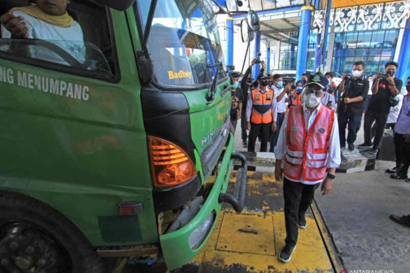 Menhub apresiasi kinerja petugas Jembatan Timbang Losarang Indramayu