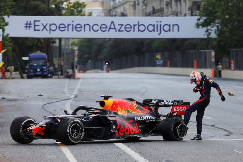 Verstappen tak senang dengan penjelasan Pirelli soal pecah ban di Baku