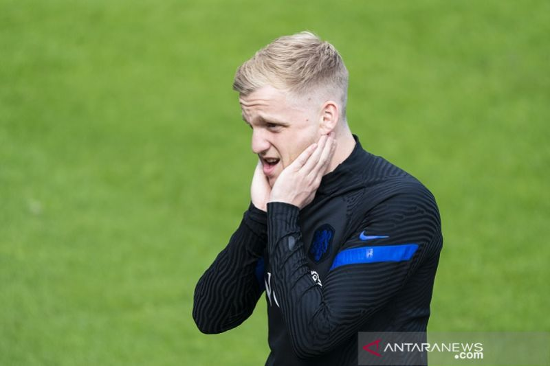 De Boer putuskan tak panggil pemain pengganti Van de Beek yang cedera