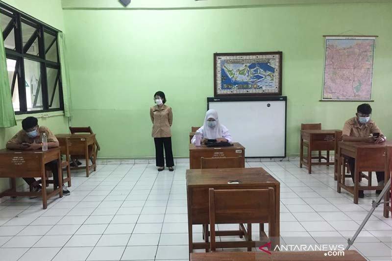 Murid SMAN 77 Jakarta ikuti ujian akhir tahun saat PTM