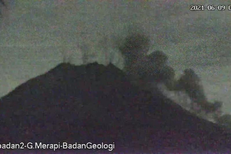 Tiga awan panas guguran meluncur dari Gunung Merapi hingga 1,6 km