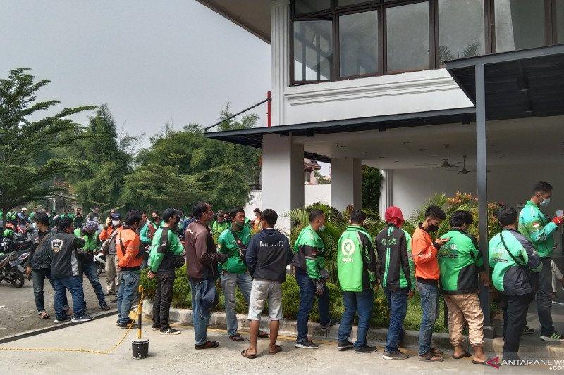 Satpol PP-Kepolisian bubarkan kerumunan ojek daring di gerai McD