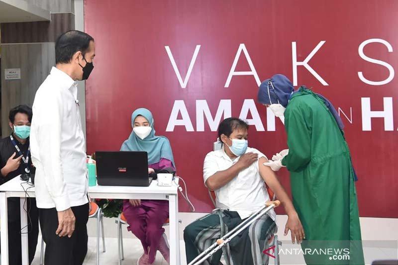 Presiden tinjau pelaksanaan vaksinasi massal di RSUI Depok