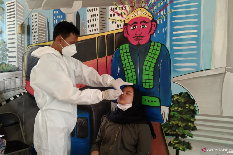 Warga Bintaro Jaksel jalani tes usap antigen untuk deteksi COVID-19