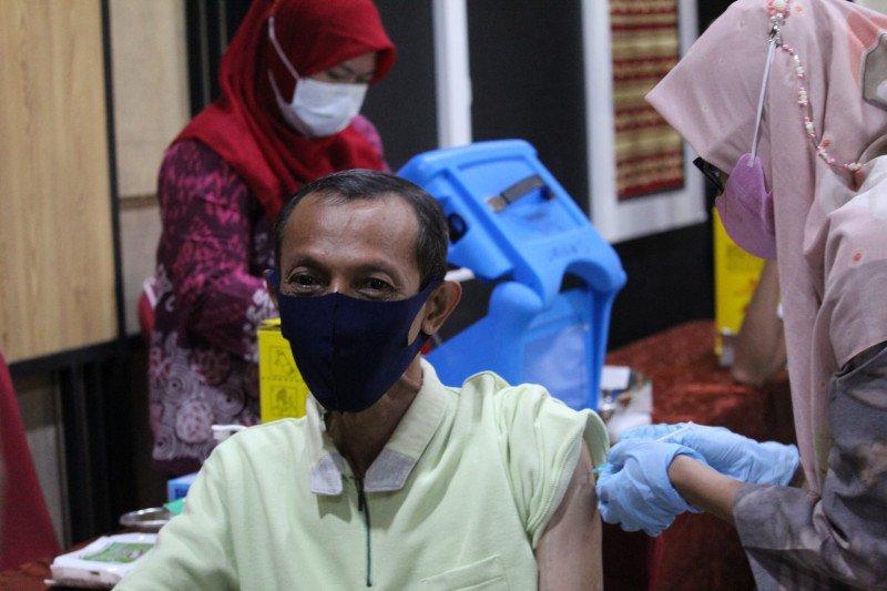 Dokter: Perlu edukasi masif naikkan partisipasi lansia ikut vaksinasi