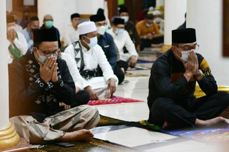 Ridwan Kamil dan Anies Baswedan shalat subuh berjamaah di Sumedang