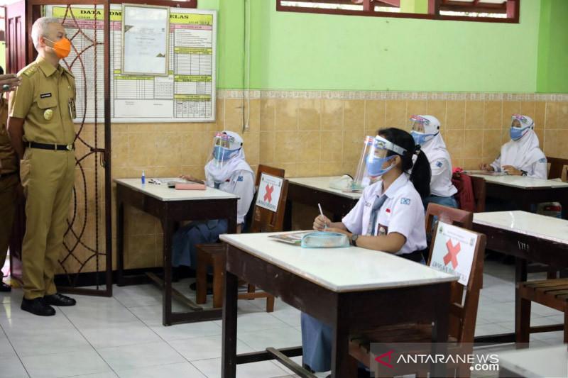 Ganjar minta masyarakat ikut awasi PPDB 2021/2022