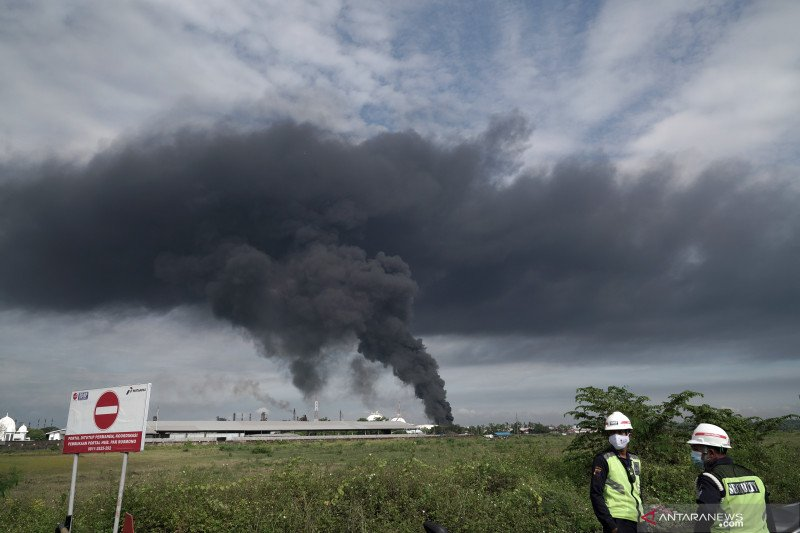Kepulan asap hitam terlihat di tanki Pertamina Cilacap yang terbakar