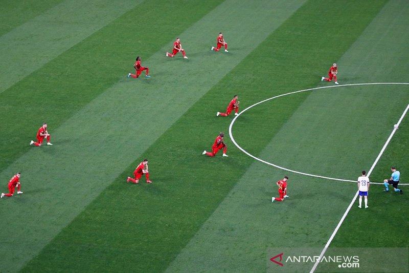 Cemoohan bergema saat Belgia berlutut jelang sepak mula lawan Rusia