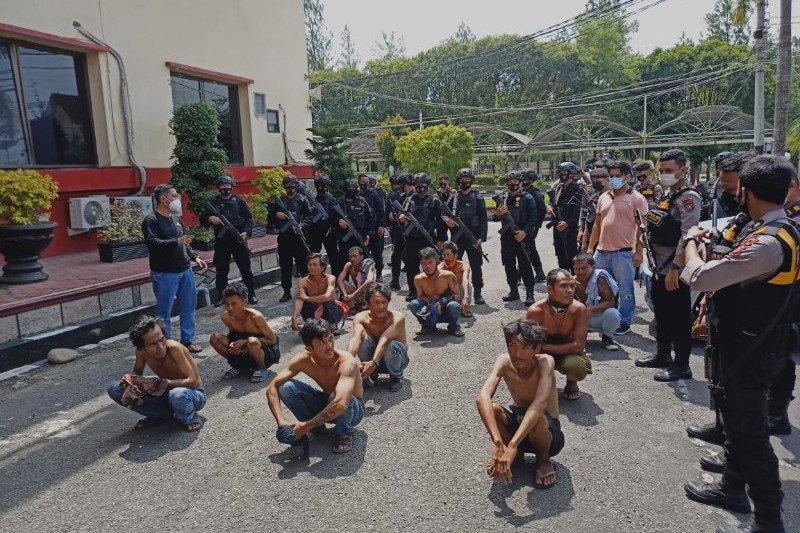 Brimob Polda Sumut menangkap belasan preman pelaku pungli di Medan