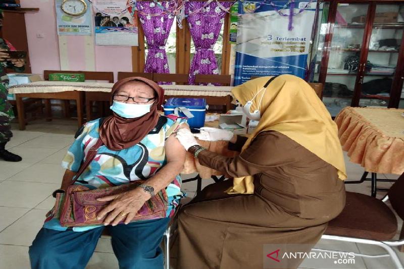 Warga lansia 80 tahun di Banda Aceh ikut vaksinasi