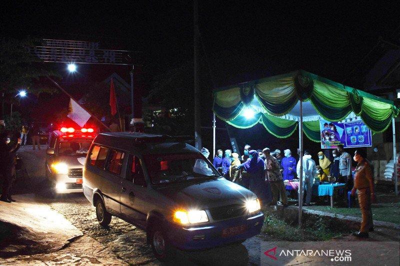 Ambulans jemput 88 warga positif COVID-19 klaster hajatan pernikahan di Madiun