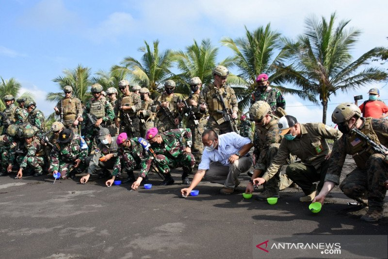 Marinir Indonesia dan Amerika lepas 150 tukik