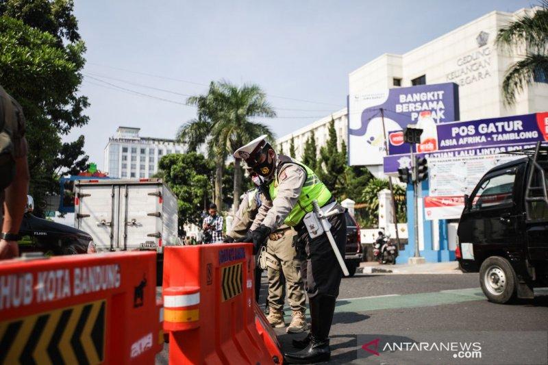 Polisi alihkan lalu lintas kendaraan yang masuk ke Kota Bandung