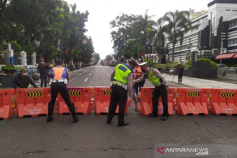 Sejumlah jalan di pusat Kota Bandung mulai ditutup siang hari