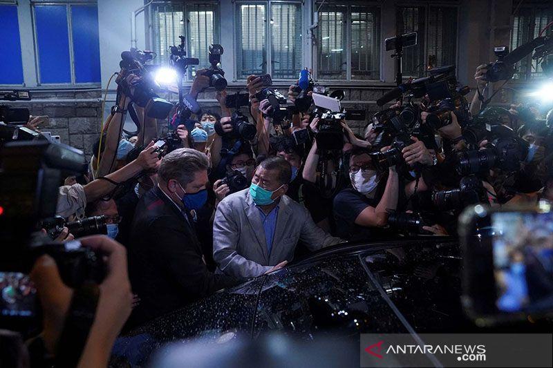 Seorang kolumnis ditangkap polisi, tabloid Apple Daily berhenti terbit