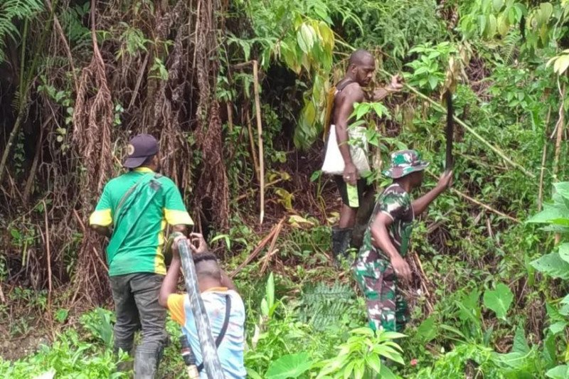 Koramil dan warga Minyambou bergotong royong salurkan air bersih