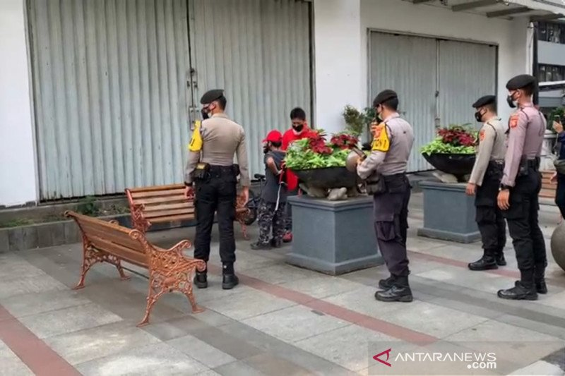 Polisi bubarkan kerumunan warga di Bandung karena COVID-19 meningkat