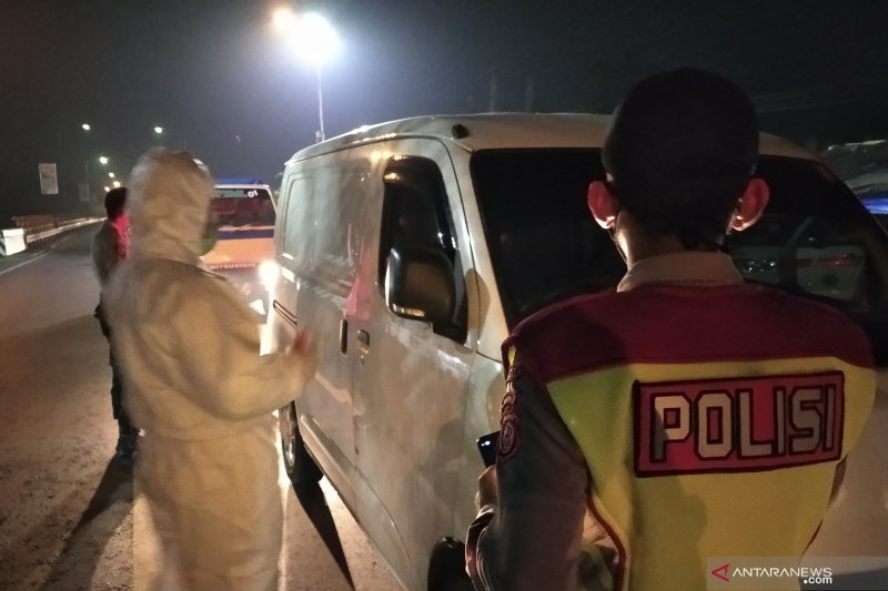 Polisi dan Satpol PP putar balikkan kendaraan tujuan wisata di Cianjur