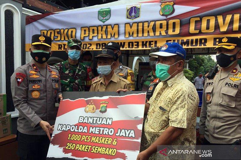 Kunjungi Posko PPKM Sumur Batu, Wakapolda beri bantuan masker-sembako