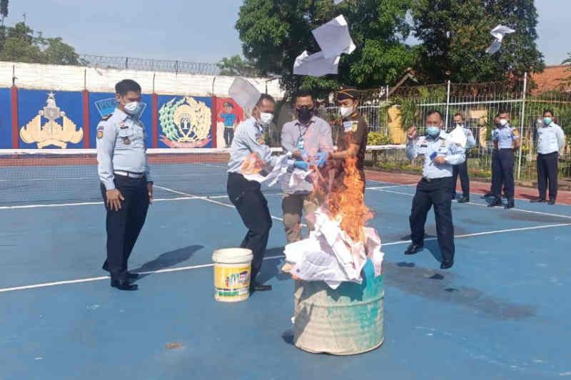 Lapas Indramayu musnahkan barang sitaan milik narapidana