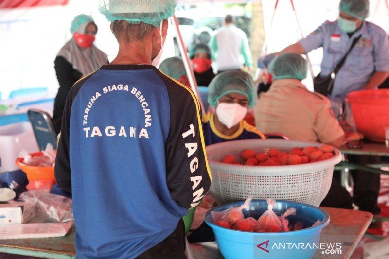 Risma bagikan telur, sehatkan masyarakat di masa pandemi COVID-19