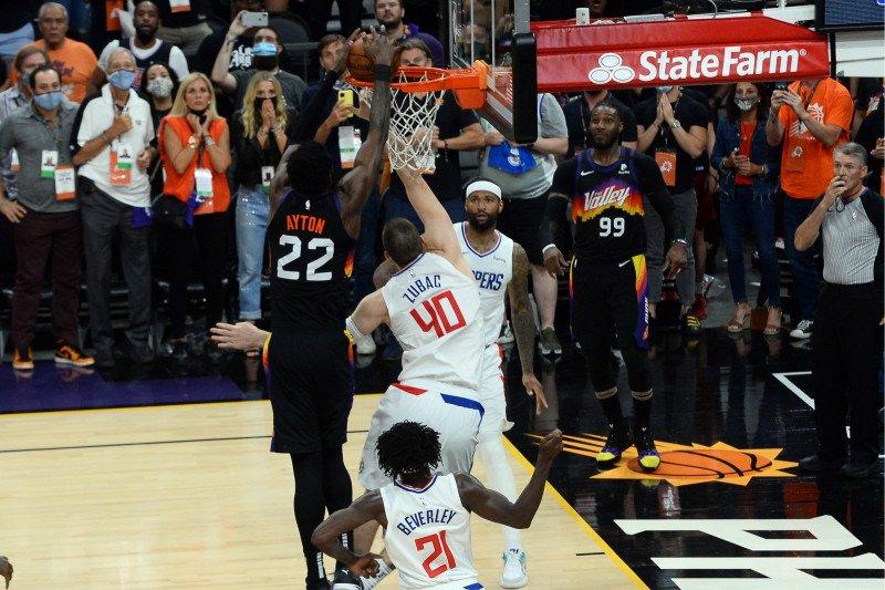 Dunk detik terakhir dari Deandre Ayton bawa Suns memimpin 2-0