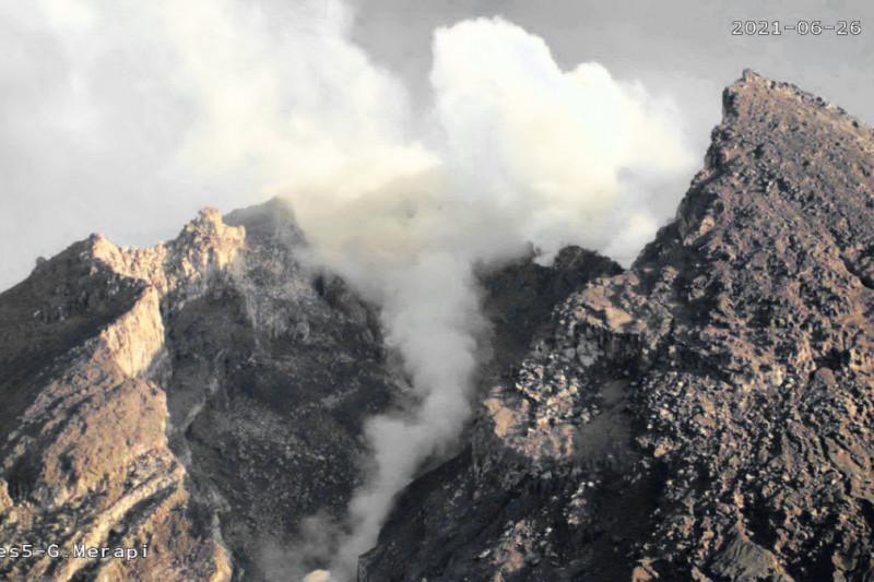 Ke arah tenggara, Gunung Merapi luncurkan awan panas guguran lagi