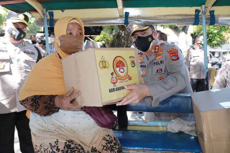 Polda NTB membagikan 10.770 masker dan ratusan sembako