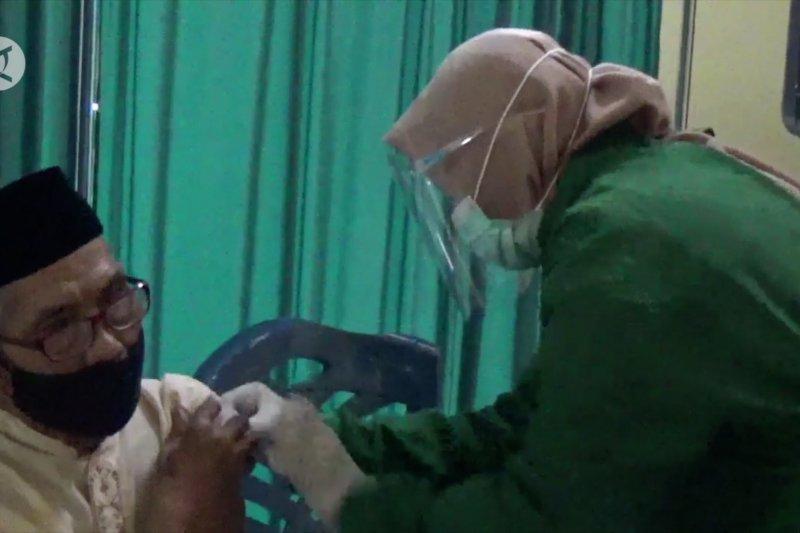 Lansia di Kabupaten Kuningan jalani vaksinasi COVID-19