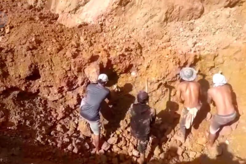 Enam warga tertimbun longsor, dua meninggal dunia