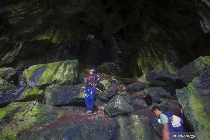 Suasana goa Batu Sawar di lokasi wisata alam Geopark Meratus