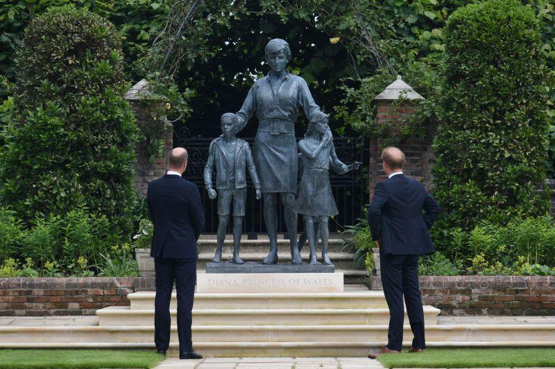 Pangeran William dan Harry rukun saat resmikan patung Putri Diana