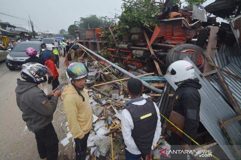 Truk tabrak rumah, puluhan luka dan satu orang meninggal