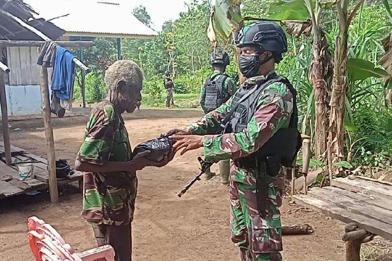 Satgas TNI bagikan beras untuk warga Papua di perbatasan RI-PNG