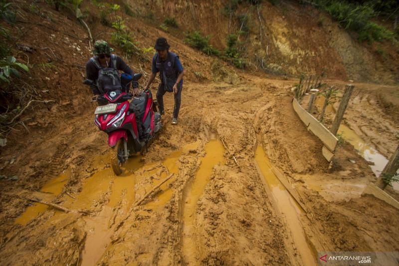 Jalan penghubung desa di Kabupaten Hulu Sungai Tengah masih rusak