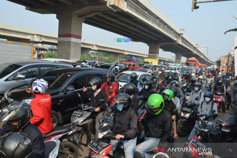 PPKM Darurat, ratusan pemotor menuju Bekasi diperiksa petugas