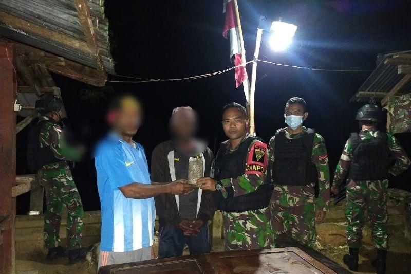 Warga perbatasan RI-PNG menyerahkan ganja ke Satgas TNI