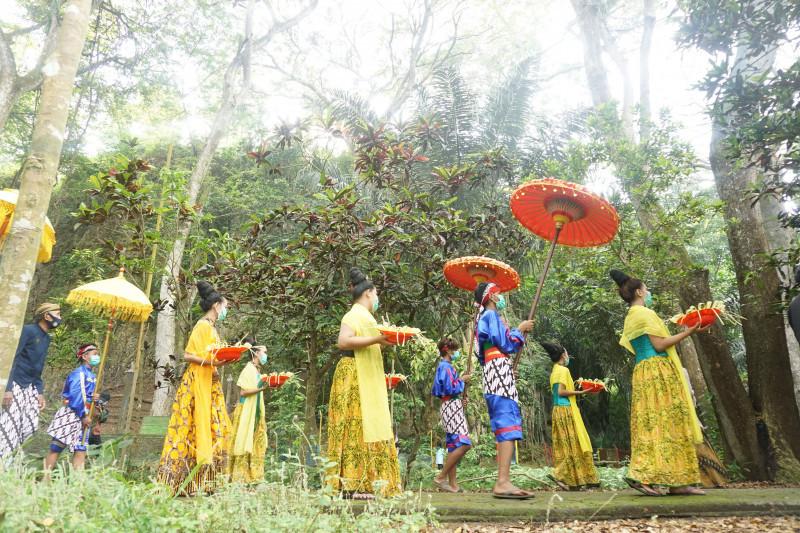Warga sekitar Telaga Buret Tulungagung gelar tradisi ulur-ulur