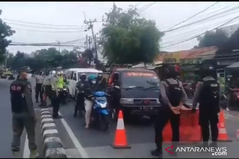 Pengendara heningkan cipta untuk korban COVID-19 di Pos Ciledug