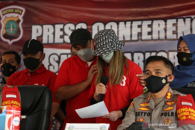 Kriminal sepekan, Nia-Ardi tersangka narkoba hingga ABG keroyok polisi