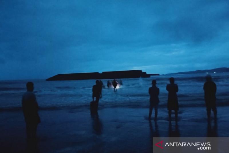 11 wisatawan Pantai Batu Gong tenggelam, satu diantaranya meninggal