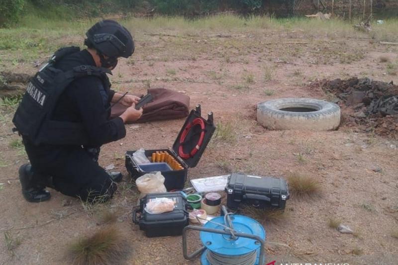 Brimob Kalsel mengamankan mortir dan dinamit milik warga di Amuntai