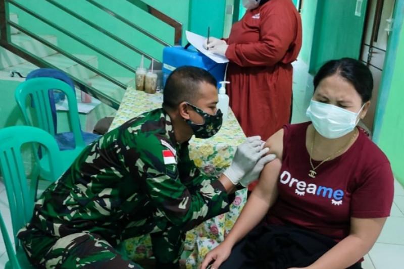 Satgas Pamtas bantu sukseskan vaksinasi di perbatasan Kalbar