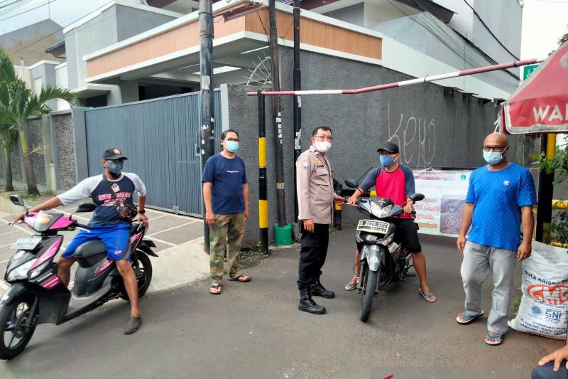 Bhabinkamtibmas awasi pembatasan mandiri di Kebayoran Lama