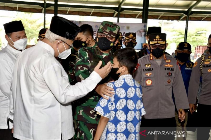 Panglima TNI tinjau vaksinasi COVID-19 di kampus dan pesantren Jakarta