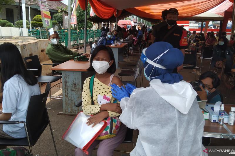 Vaksinasi massal berlangsung di halaman Stasiun Manggarai